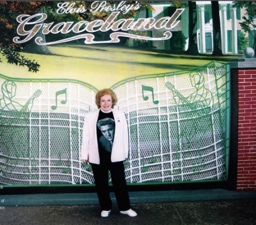 Linda Deutsch in front of Graceland Gates - 25 Anniversary of Elvis' Death