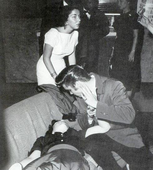 Elvis Presley AND THE GIRL THAT FAINTS - Copy